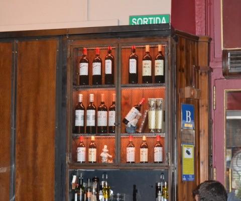 Restaurante Barcelona: botellero, cerramientos, taburetes